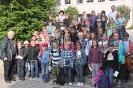 Gruppenfoto vor der Schule.