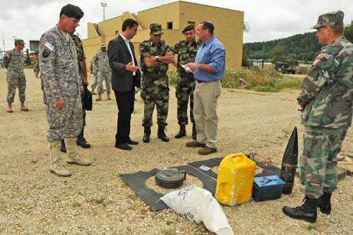 Matthew Demmitt (zweiter von rechts), der Leiter der Hohenfelser IED-Abwehr Akademie zeigt dem serbischen General Diković verschiedene Sprengfallen. Links im Bild (mit schwarzem Barett) ist US General Michael A. Ryan.