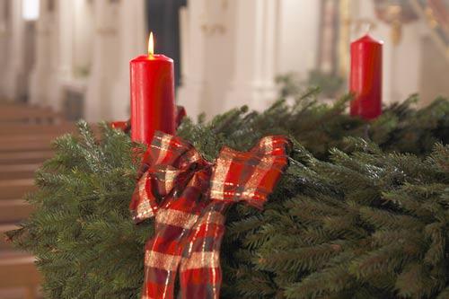 Die erste Kerze brennt am Adventskranz.