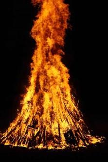 Hoch lodert das Johannisfeuer in den Himmel.