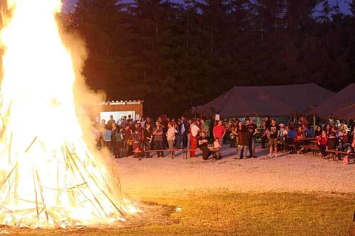 Die hoch lodernden Flammen faszinieren Zuschauer aller Altersgruppen.