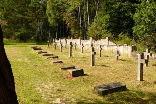 KONTAKT-Club pflegt Gräber im Polenfriedhof. (Foto: Norbert Wittl)
